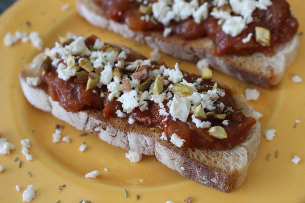 Tartine sauce tomate maison, feta et pistache
