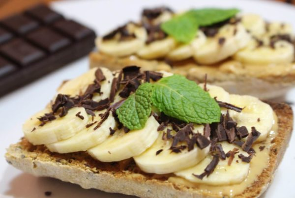 Tartine gourmande au beurre de cacahuète, banane et copeaux de chocolat