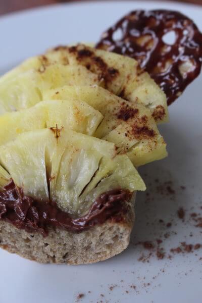 Tartine crème de chocolat, ananas et chips de carambar