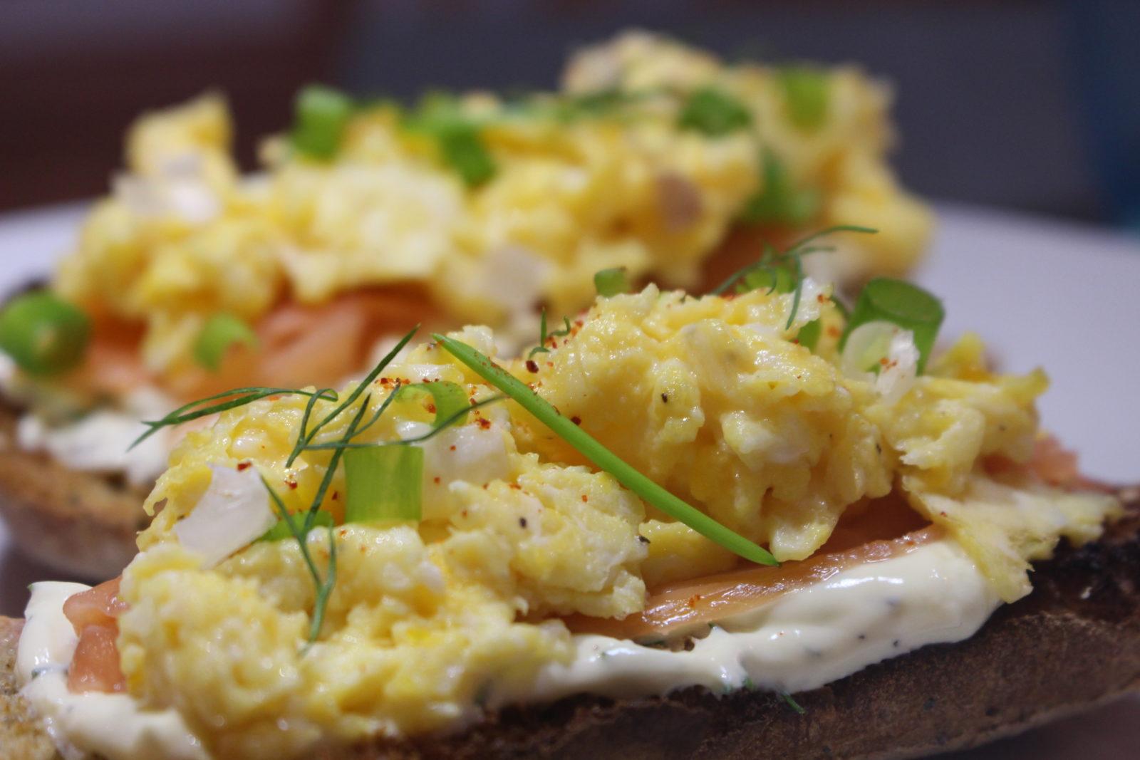 Tartine saumon à la crème d'aneth et œufs brouillés