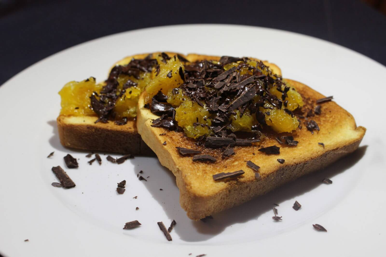 Tartine aux oranges caramélisées et copeaux de chocolat
