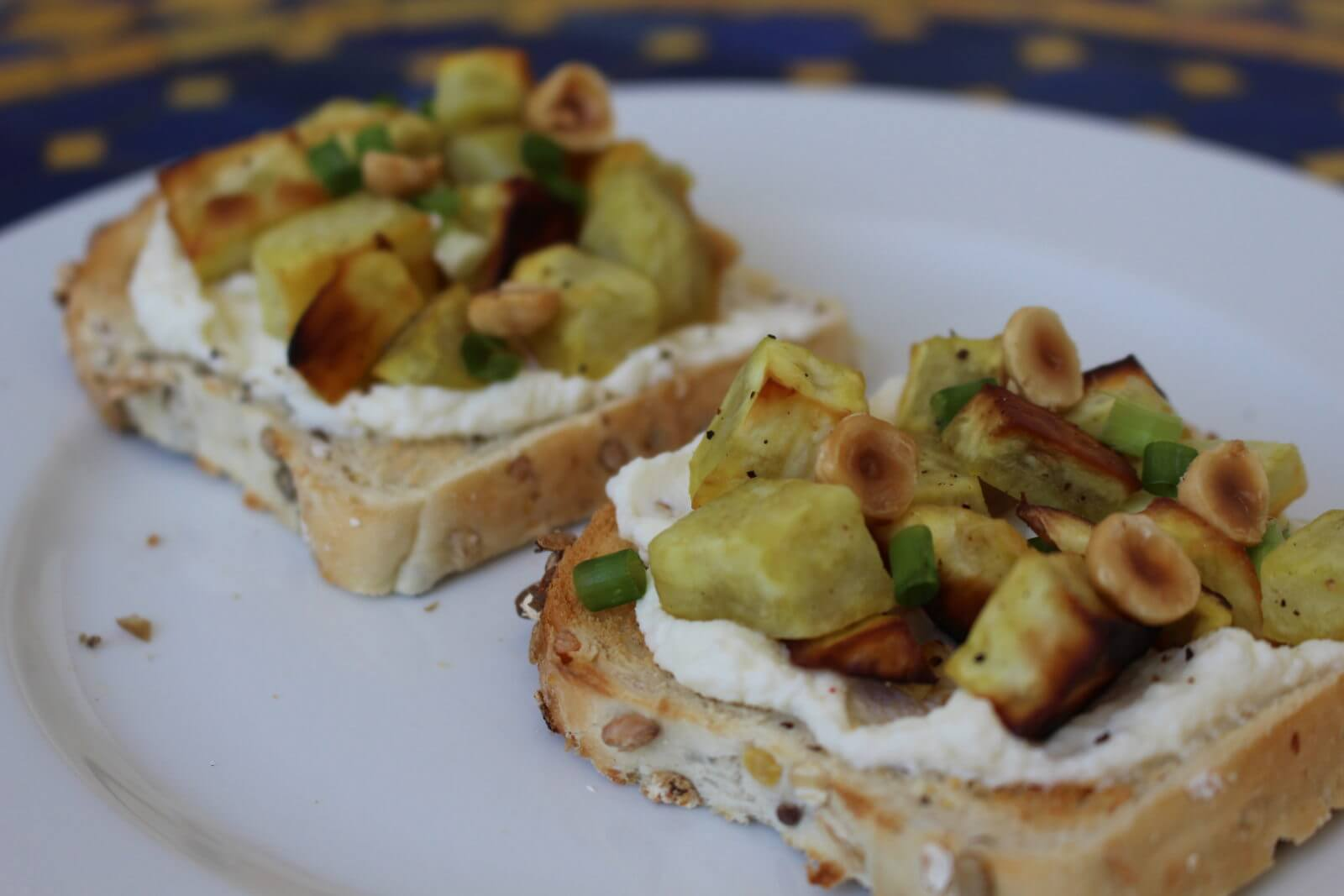 Tartine ricotta, patates douces poêlées et noisettes
