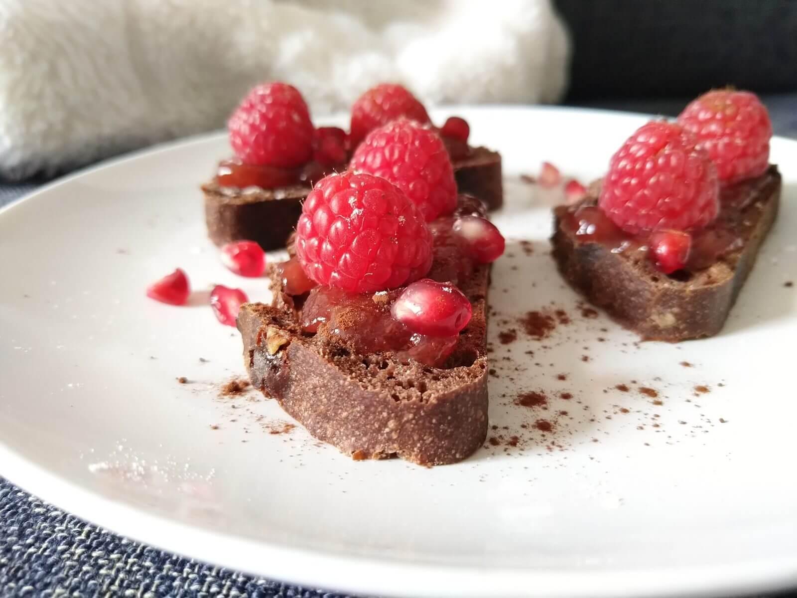 Tartine au pain de cacao, confiture de fraises des bois et framboises fraîches