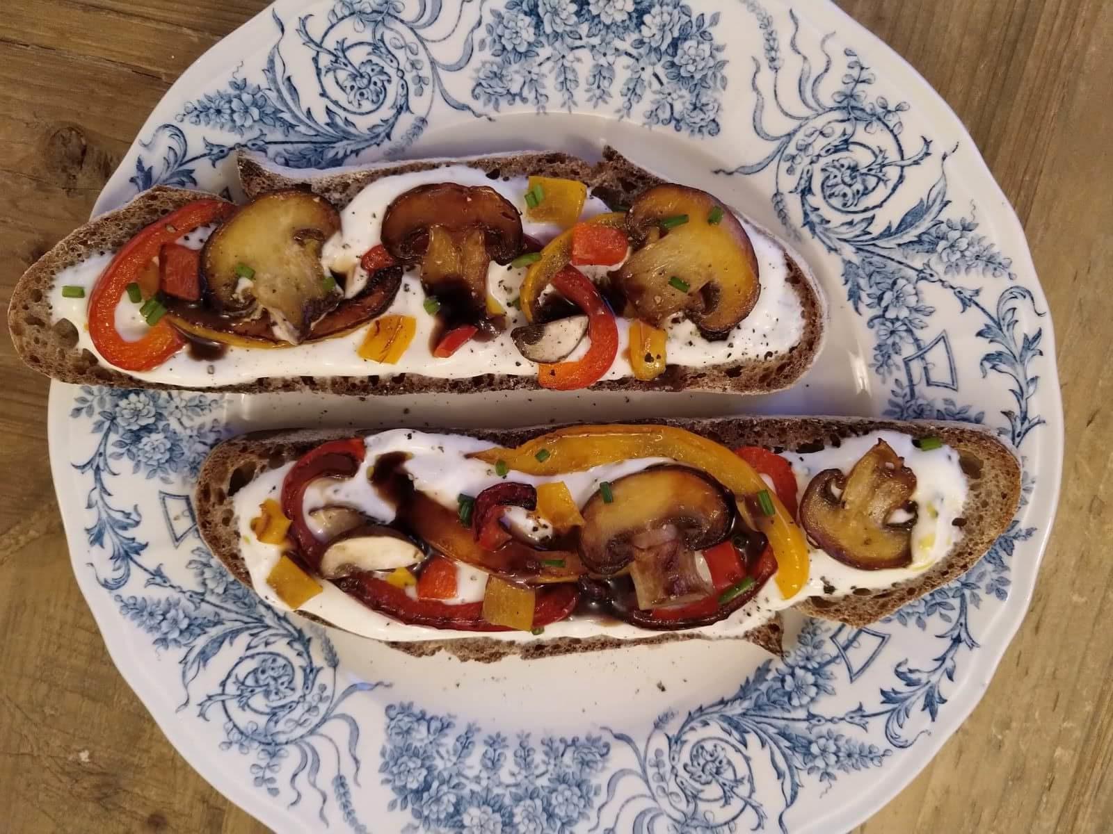 Tartine poivrons et champignons poêlés sur fromage blanc, touche de vinaigre balsamique
