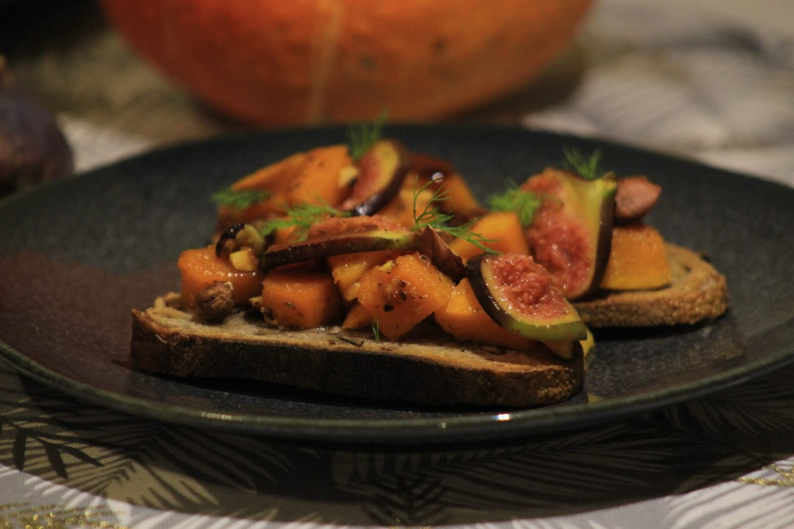Tartine d'automne potimarron, noisettes et figues rôties